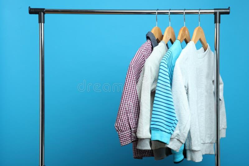 Kind-` s Kleidung auf einem Aufhänger lizenzfreies stockbild