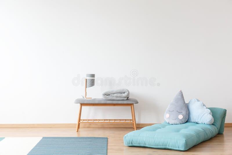 Kind-` s Raum mit blauer Matratze lizenzfreies stockbild