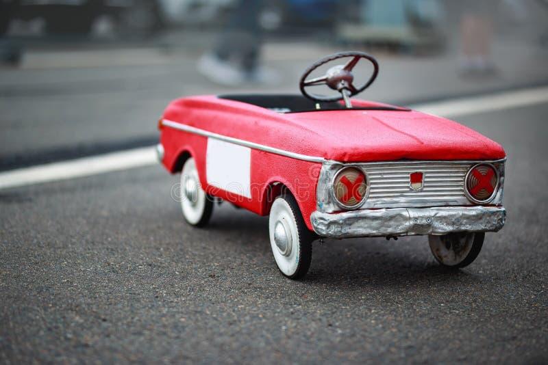 Kind-` s Retro- Spielzeug der Zeiten der UDSSR Spielzeugauto auf Pedalen lizenzfreie stockfotos