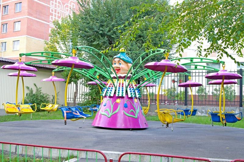 Kind-` s rotierendes Karussell im Park lizenzfreies stockfoto