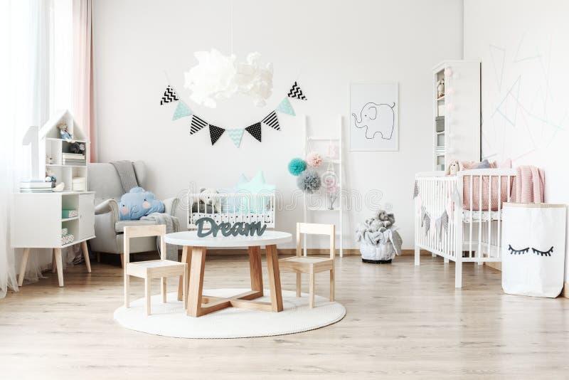 Kind` s ruimte met wit meubilair royalty-vrije stock fotografie