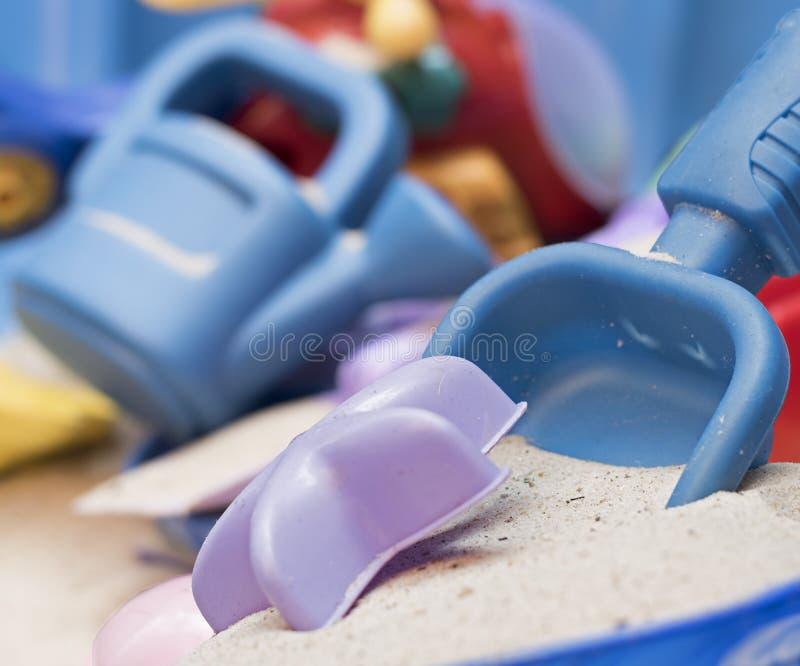 Kind` s spade en zand stock fotografie