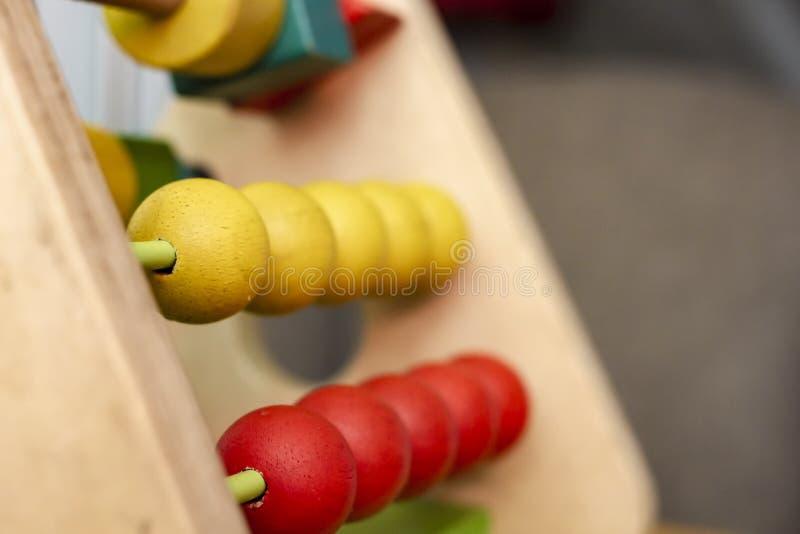 Kind-` s Spielzeug Gelbe und rote hölzerne Bälle auf Metallstangen, unterrichten Ihr Baby, Farbe zu unterscheiden, Bewegungsfähig stockfotos