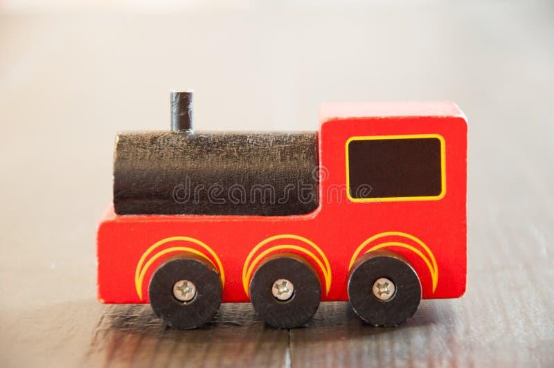 Kind-` s Spielzeug Roter hölzerner Zug lizenzfreies stockbild