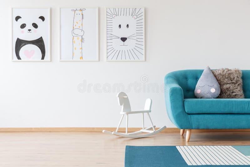 Kind-` s Zeichnungen im Wohnzimmer stockbilder