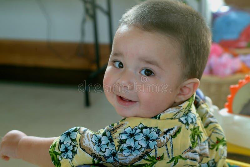 Kind-Schätzchen Junge, der Kamera betrachtet lizenzfreies stockbild