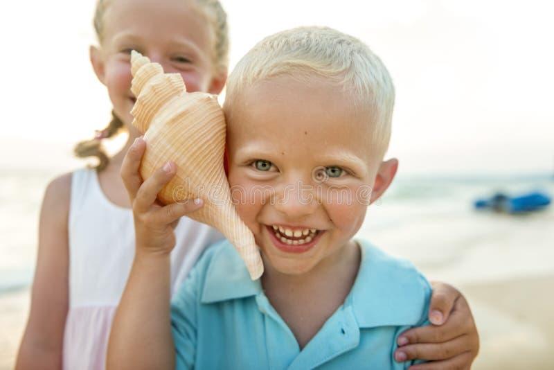Kind scherzt Geschwister-Strand-Sommer-Ferien-Konzept lizenzfreie stockbilder