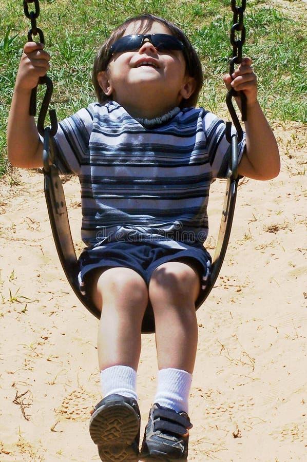 Kind-Schwingen stockbild