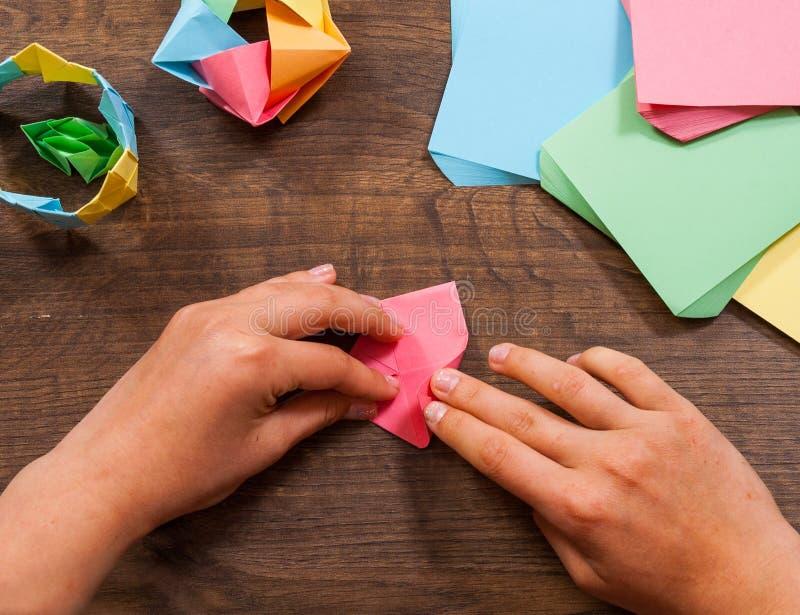 Kind setzt die Module Kind-` s Kreativität gemacht vom Papier, Origamihandwerk, Handwerkkünste für Kinder handmade Auf hölzerner  stockbilder