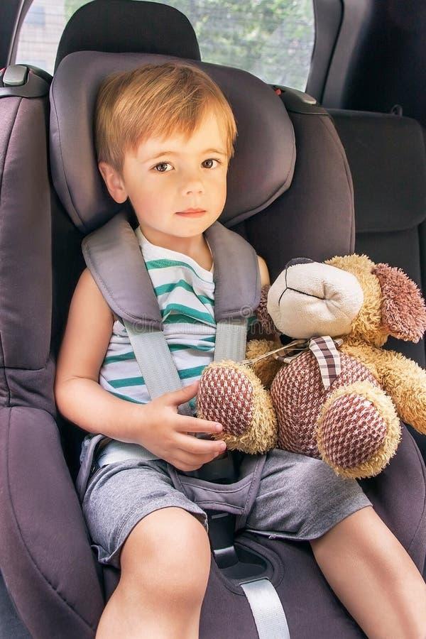 Kind sitzt im Sicherheitsautositz lizenzfreie stockfotografie