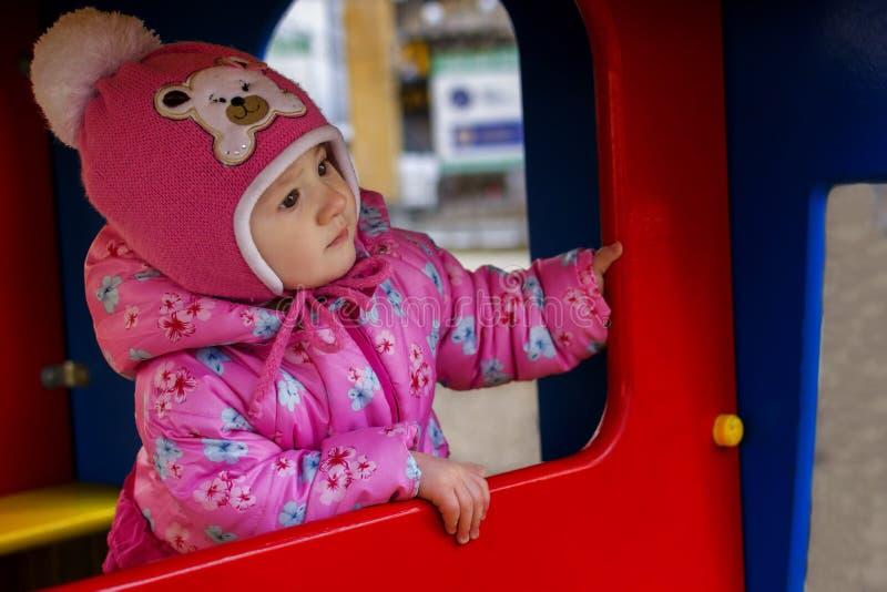 Kind am Spielplatz stockbilder