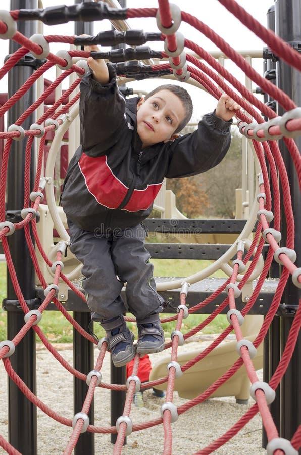 Kind am Spielplatzpark stockfotografie