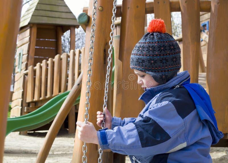 Kind am Spielplatzpark lizenzfreies stockfoto