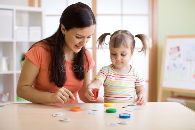 Kind spielt logisches Spiel im Psychologebüro stockbilder