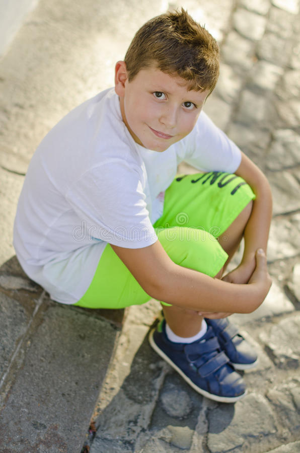 Kind in straat stock afbeeldingen