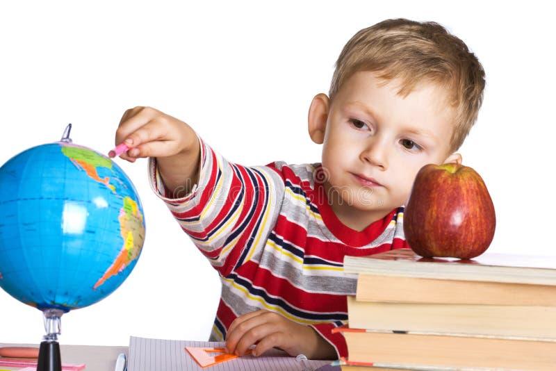 Kind studiert die Kugel stockfoto