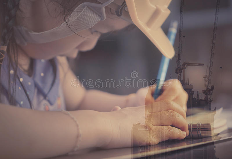 Kind studiert stark, um Ingenieur zu werden lizenzfreies stockbild