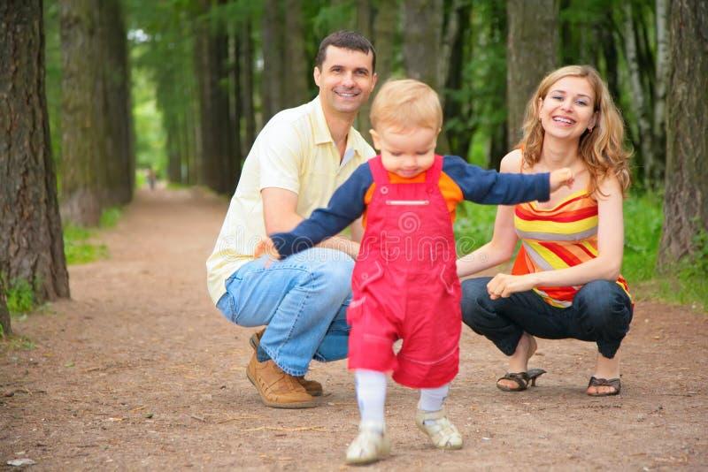Kind studiert, um mit Muttergesellschaftn im Park zu gehen lizenzfreie stockfotos