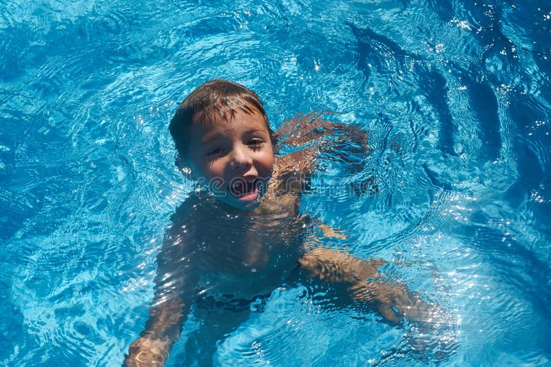 Kind in Swimmingpool ertrinkend, wässern Sie Junger Junge lizenzfreies stockfoto