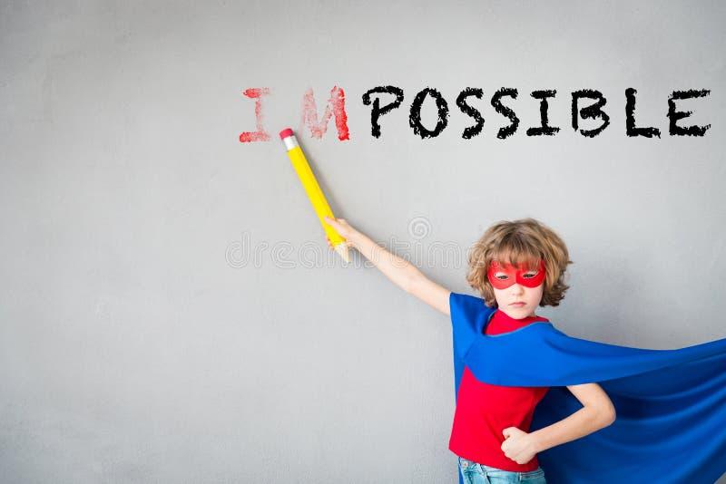 Kind täuschen vor, Superheld zu sein stockbild