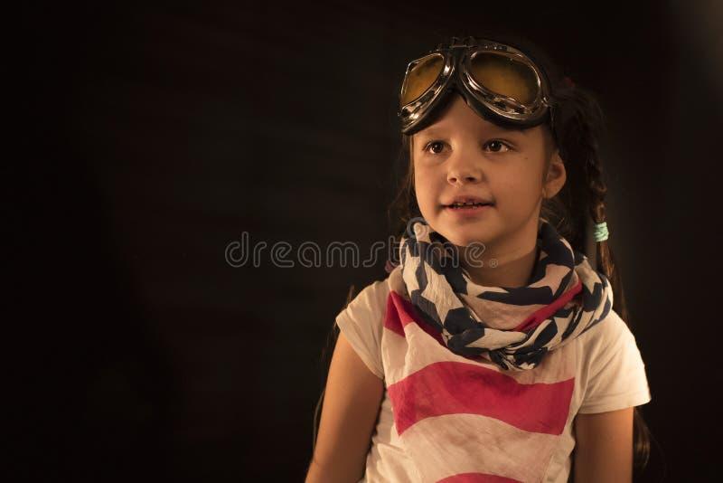 Kind täuscht vor, ein Pilot zu sein Superheld-, Freiheits- und Fantasiekonzept stockfoto