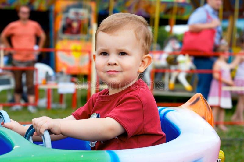 Kind in themapark royalty-vrije stock afbeelding