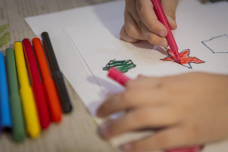 Kind thuis het schilderen en het kleuren cijfers aangaande wit blad royalty-vrije stock foto's
