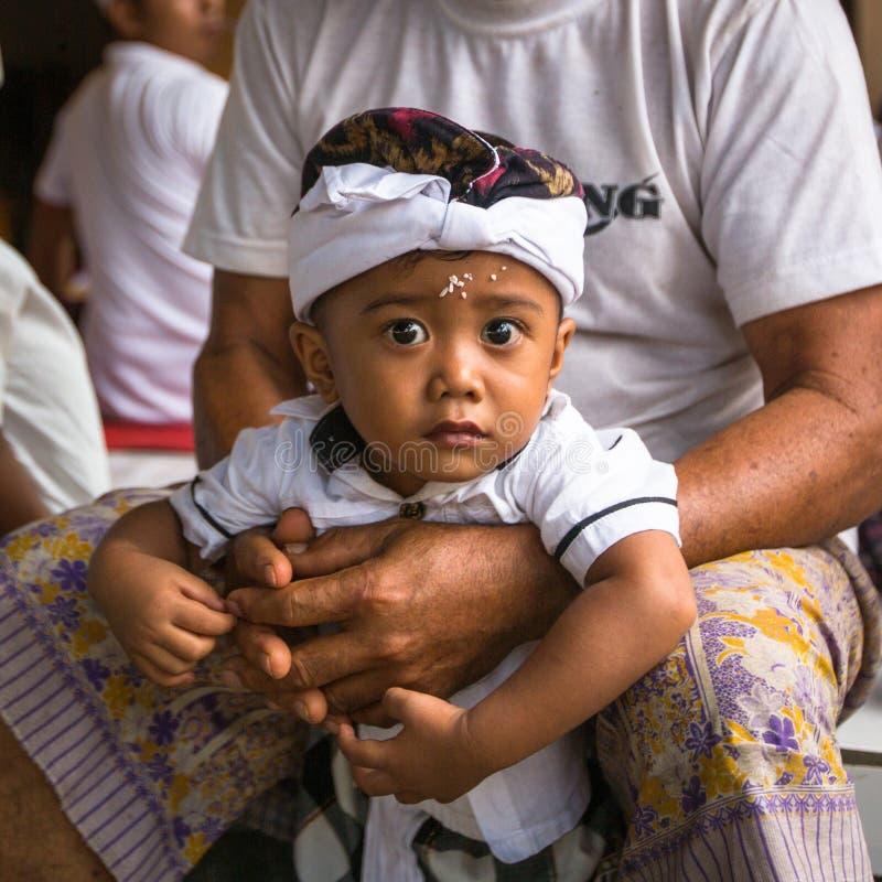 Kind tijdens de viering vóór Nyepi - Balinese Dag van Stilte stock foto's