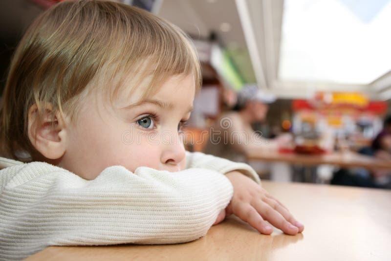 Kind am Tisch lizenzfreie stockbilder