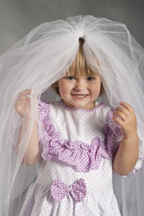 Kind tragendes vail lizenzfreie stockfotos