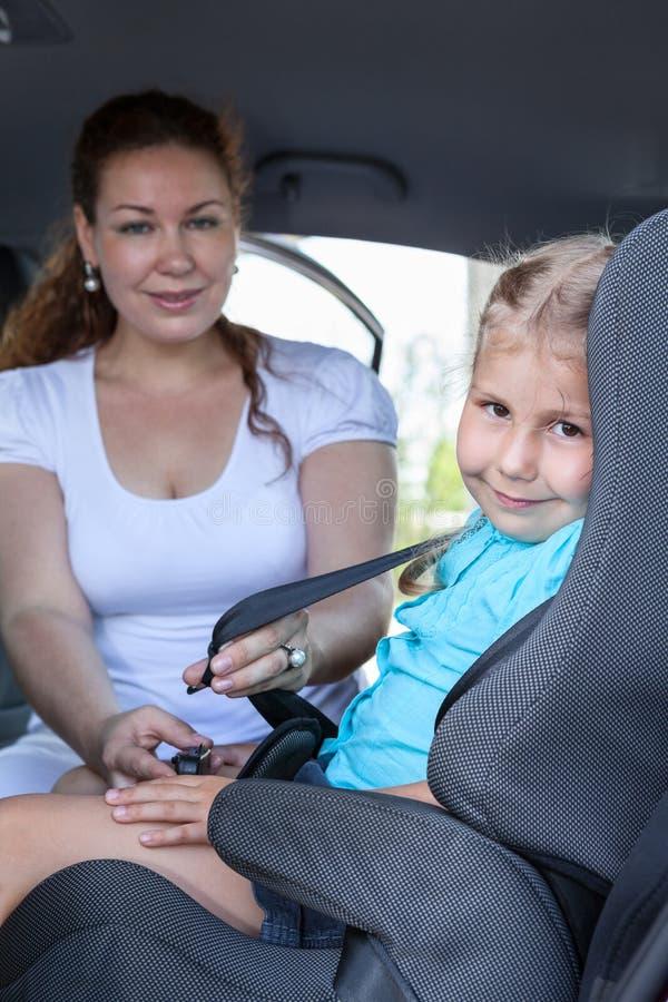 Kind-trasportation mit Babyautositz lizenzfreie stockbilder