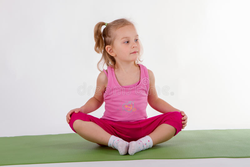 Kind tut Yoga lizenzfreie stockfotografie