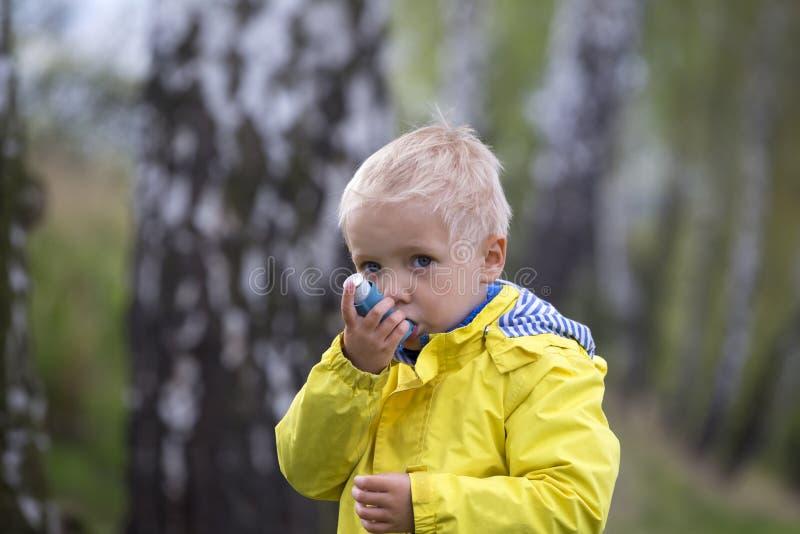 Kind und Asthmainhalator stockfoto