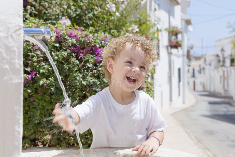 Kind und Brunnen lizenzfreie stockfotografie