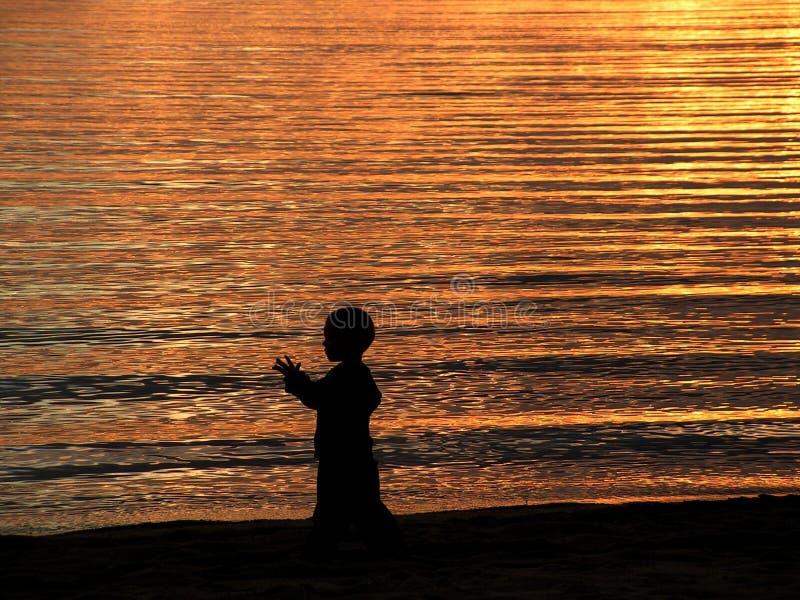 Kind und das goldene Meer stockfotografie