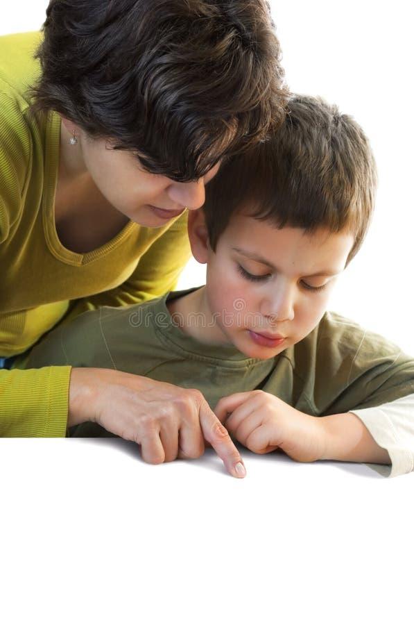 Kind und Frau, die auf Exemplarplatz unten zeigen stockfotografie