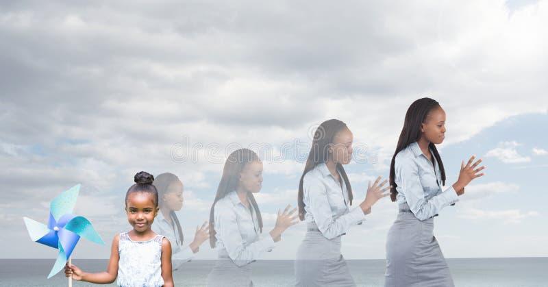 Kind und Frauen von den Altersgenerationen, die mit Seehimmel heranwachsen stockfotografie
