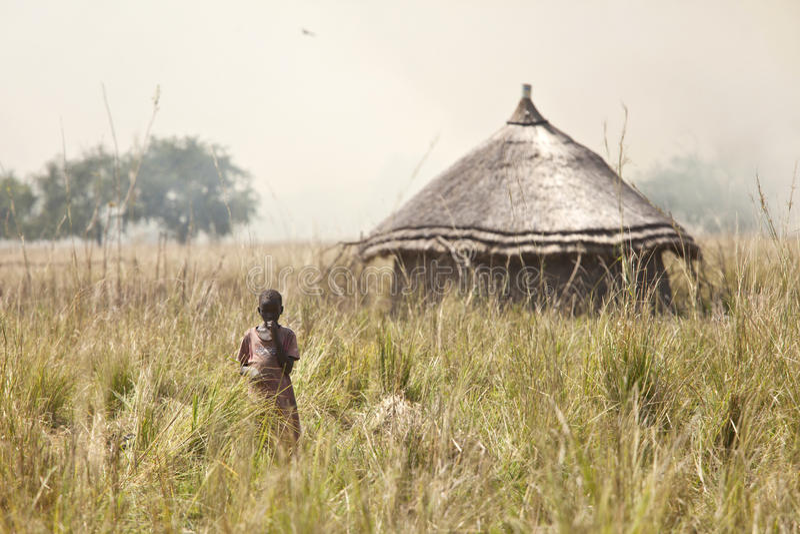 Kind und grassfire, Süd-Sudan stockbild