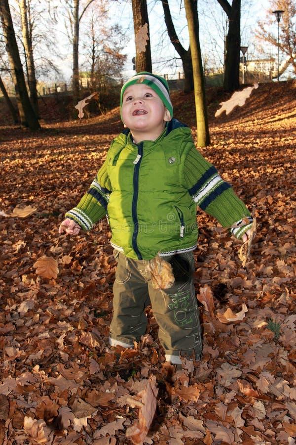 Kind und Herbst lizenzfreie stockbilder