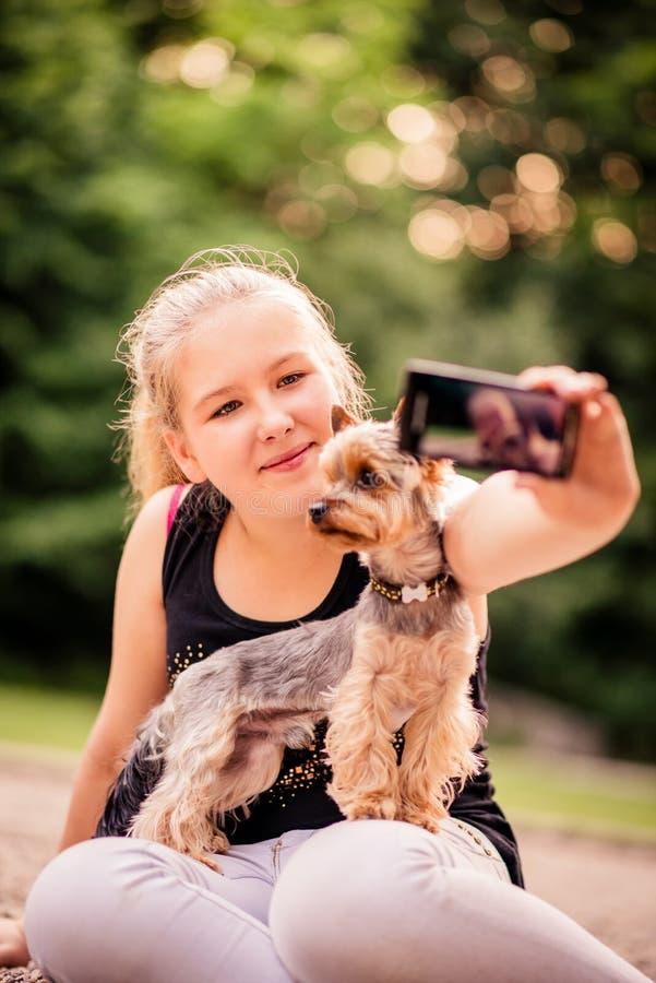 Kind und Hund Selfie lizenzfreie stockbilder