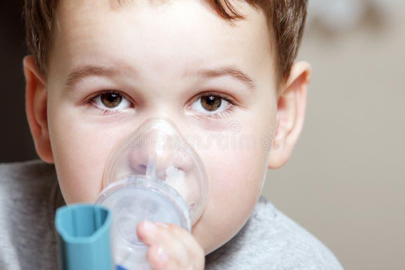 Kind und Inhalator lizenzfreies stockbild