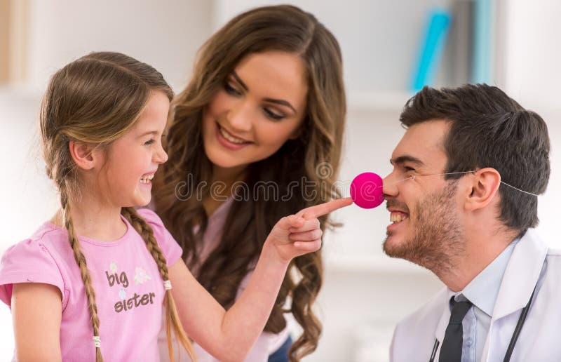 Kind und Kinderarzt lizenzfreies stockbild