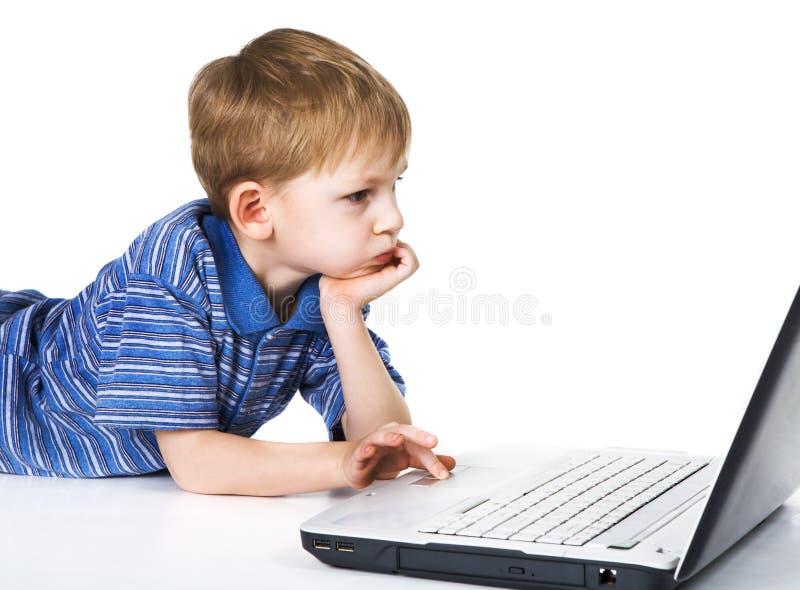 Kind und Laptop lizenzfreie stockbilder
