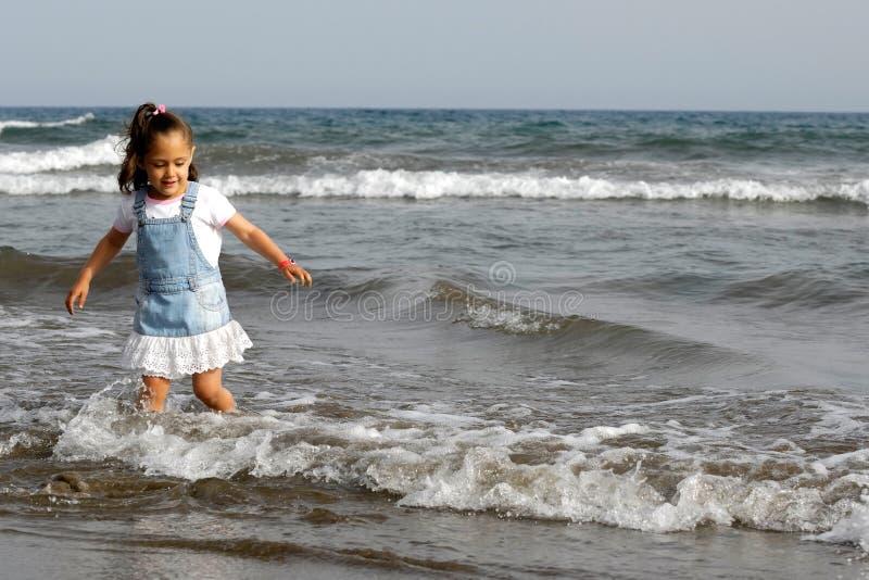 Kind und Ozean lizenzfreie stockfotos