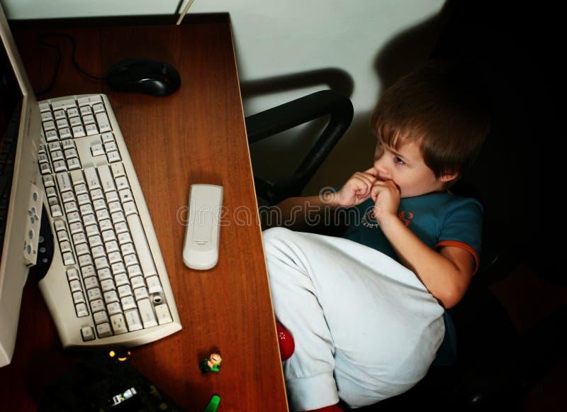 Kind und Personal-Computer lizenzfreie stockbilder