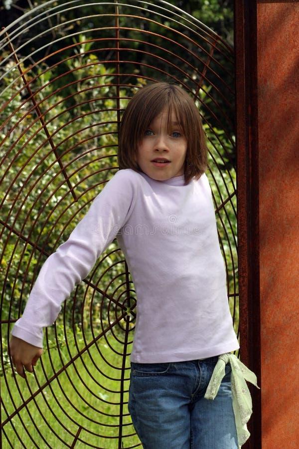 Kind und Skulptur stockfotografie