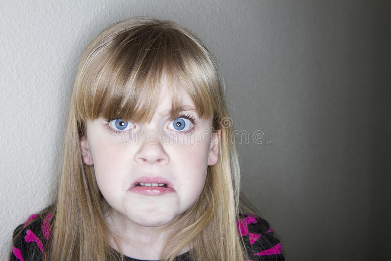 Kind ungefähr zu schreien stockbild