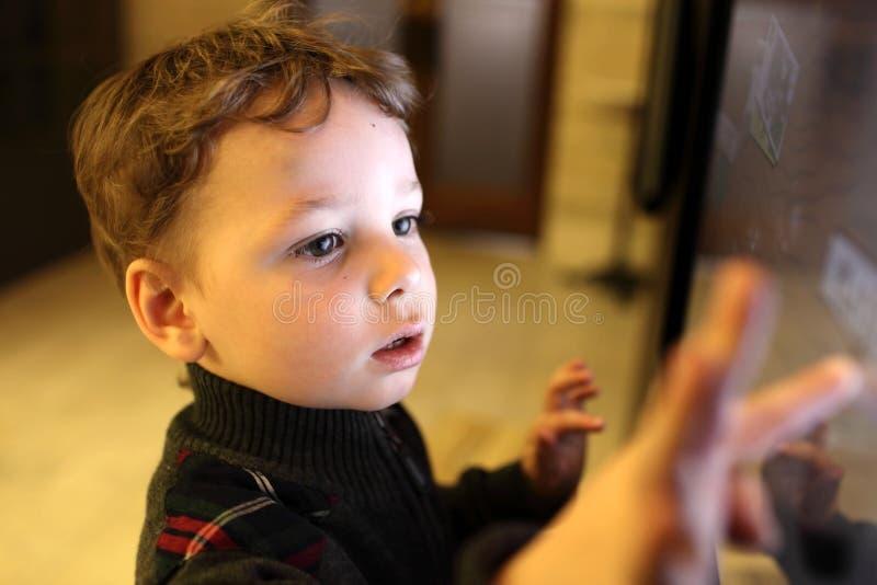 Kind unter Verwendung des Touch Screen stockbilder