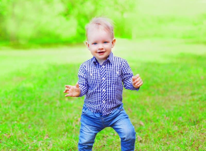 Kind van de portret heeft het gelukkige vrolijke glimlachende jongen in openlucht pret op de zomerpark royalty-vrije stock foto's