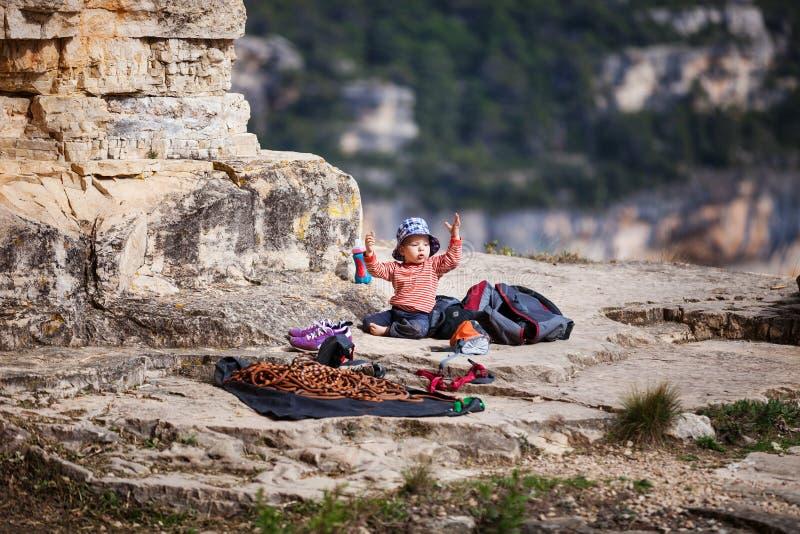 Kind van rotsklimmers die met het beklimmen van kabel spelen stock afbeelding